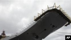 印度從俄羅斯購買的前蘇聯時代的航母戈爾什科夫號﹐目前改名為維克拉瑪蒂亞號,2009年7月2號停靠在北方城市阿爾漢格爾斯科的謝夫馬沙造船廠厂。(資料圖片)