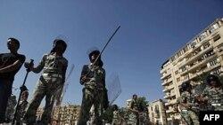 Binh sĩ giập sập các lều bạt trong quảng trường Tahrir