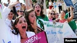 Des manifestants anti-avortement protestent à l'extérieur de la Cour suprême à Washington, 30 juin 2014.