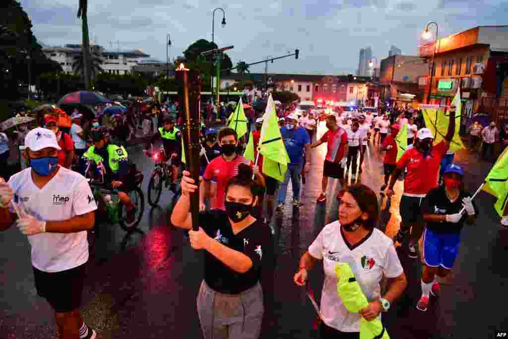 Alumnos sostienen la Antorcha de la Independencia en San José, Costa Rica, por el Bicentenario de la Independencia.