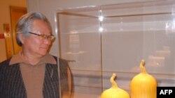 """Keramičar Klif Li stoji uz svoje """"Bodljikave dinje"""" - grnčariju sa carski-žutom glazurom koja je njegov zaštitni znak."""