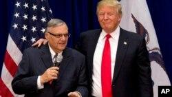 Foto de archivo del 26 de enero de 2016 en la que el entonces candidato presidencial Donald Trump aparece junto al exsheriff Joe Arpaio.