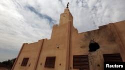 Sebuah masjid yang hancur dalam pertempuran antara pasukan Mali yang didukung Perancis dengan militan terkait al-Qaida di kota Konna, Mali. (Foto: Dok)