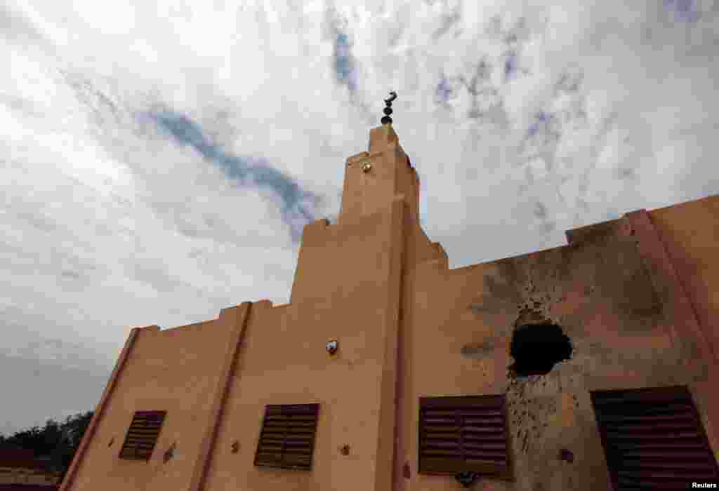 A mosque damaged in fighting between French-backed Malian troops and al-Qaida-linked militants is seen in the recently liberated town of Konna, Mali, January 27, 2013.