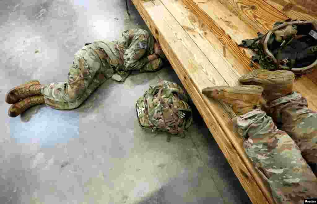 ABŞ - Hərbi Hava Qüvvələri Briqadasının əsgərləri Yaxın Şərqə yola düşməzdən əvvəl dincəlir