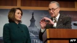 Les leaders démocrates au Congrès américain, Nancy Pelosi et Chuck Schumer, à Washington, le 22 mars 2018. (Photo de SAUL LOEB / AFP)