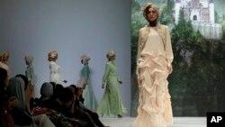 Para model memeragakan rancangan busana karya Poppy Theodorin pada pameran busana Muslim, Islamic Fashion Fair di Jakarta (30/5). (AP/Dita Alangkara)