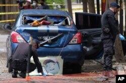 Polisi penjinak bom memeriksa area sekitar lokasi serangan bom bunuh diri hari Minggu di Katedral Hati Kudus Yesus di Makassar, Sulawesi Selatan, Senin, 29 Maret 2021.