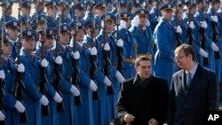 Grčki premijer Aleksis Cipras i premijer Srbije Aleksandar Vučić prolaze pored počasne garde ispred Palate Srbija.