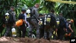 救援被困泰國少年足球隊的人員準備進入溶洞內