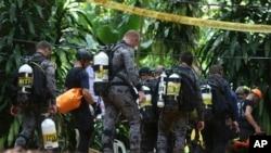 Tim penyelamat internasional mempersiapkan diri untuk memasuki gua tempat tim sepak bola muda dan pelatih mereka terperangkap banjir, di Mae Sai, provinsi Chiang Rai, di utara Thailand, Kamis, 5 Juli 2018.