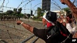 Những người ủng hộ tổng thống đã bị lật đổ biểu tình trước bản doanh của Vệ binh Cộng hòa ở Nasr City, Cairo, Ai Cập 8/7/13