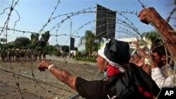 Seguidores del depuesto presidente Mohamed Morsi frente al cuartel general de la Guardia Republicana en El Cairo.