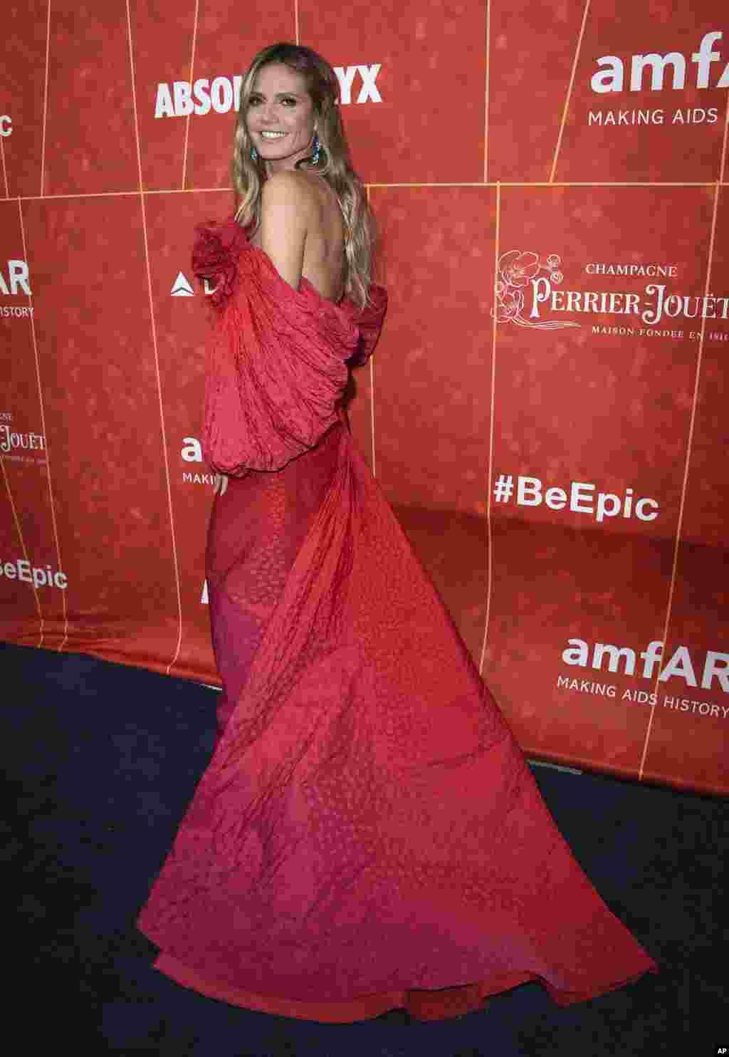 حضور «هایدی کلوم» سوپر مدل آلمانی تبار در جشن «آمفار» در منطقه بورلی هیلز کالیفرنیا. آمفار یک گروه بین المللی غیرانتفاعی است که بر تحقیق، آموزش و مبارزه با بیماری ایدز تمرکز دارد