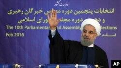 이란에서 국가지도자운영회의 선거가 열린 지난달 26일 하산 로하니 이란 대통령이 수도 테흐란에서 투표 후 손을 흔들고 있다.