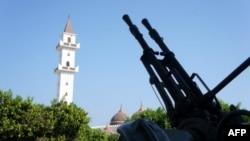 Pobunjeničko oružje blizu džamije u Tripoliju, gde islam sada doživljava renesansu.
