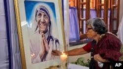 테레사 수녀 사망 17주년인 지난해 9월 인도 콜카타에서 한 가톨릭 여성이 테레사 수녀의 초상화 앞에서 기도를 올리고 있다. (자료사진)