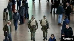 2015年11月22日比利时军人在国际机场巡逻。