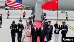 렉스 틸러슨(가운데 왼쪽) 미 국무장관 내외가 6일 플로리다주 팜비치공항에 도착한 시진핑(가운데 오른쪽) 중국 국가주석 내외를 맞고 있다.