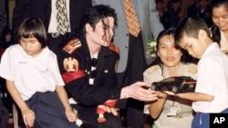 1996년 방콕의 시력장애우들에게 장난감을 나눠주는 마이클 잭슨