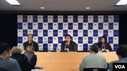 星期三日本外务省主办的吹风会上,讲者突出经济是安倍新政权的成败关键,旁听的外国记者们关切的却是修宪等政治问题(美国之音歌篮拍摄)