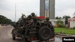 剛果民主共和國的士兵在首都國營電視台大樓附近巡邏
