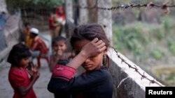 Seorang gadis pengungsi Rohingya mengusap air matanya di Kamp Pengungsi Tak Terdaftar di Teknaf, Bangladesh (foto: dok).