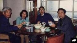 許良英(左)與方勵之(右二)和劉賓雁等起草反右三十年聯署信(資料照)