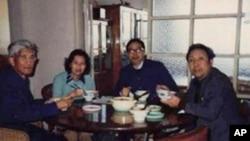 图为许良英(左)、李淑娴、方励之(右二)和刘宾雁四人起草反右三十年联署信资料照