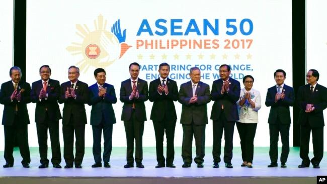 Các ngoại trưởng ASEAN tại lễ khai mại hội nghị ngoại trưởng của khối ở Philippines, 5/8/2017