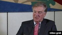 英國國會外交事務委員會主席奧塔偉爵士(Sir Richard Ottaway)(美國之音視頻截圖)