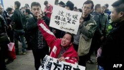 Demonstrators call for press freedom in support of journalists from the Southern Weekend newspaper outside the company's office building in Guangzhou, south China's Guangdong province, January 8, 2013