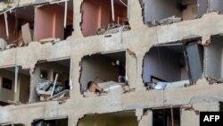 Gedung apartemen yang hancur akibat ledakan bom di Diyarbakir, kota di bagian tenggara Turki (4/11). (AFP/Ilyas Akengin)