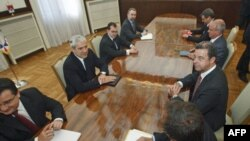 Predsednik Boris Tadić i glavni tužilac Haškog tribunala Serž Bramerc razgovaraju na početku sastanka u Predsedništvu Srbije, 11. maja 2011.