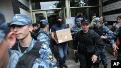 Изъятие личных вещей при обыске у Алексея Навального