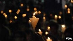 香港人持續24年為六四死難者獻上燭光悼念,大會形容每點燭光代表港人的良心