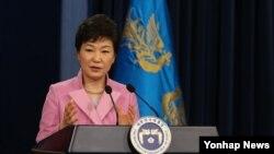 박근혜 한국 대통령이 6일 청와대 춘추관에서 열린 신년 구상 발표 및 내외신 기자회견에서 기자들의 질문에 답변하고 있다.