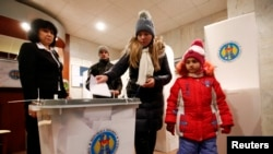 Warga memberikan suaranya dalam pemilihan umum Moldova di Kedutaan Besar Moldova di Moskow (30/11).