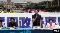 台灣政治評論人士楊憲弘批評馬英九總統無法保護被中國國安系統拘捕的任何台灣公民﹐(美國之音葉兵拍攝)