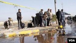 Pasukan keamanan Irak memeriksa lokasi serangan bom bunuh diri di Basra, Irak selatan (14/1).