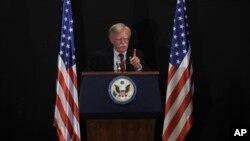 미국-러시아-이스라엘 3국 안보지도자회의에 참석하기 위해 이스라엘을 방문한 존 볼튼 백악관 국가안보보좌관이 25일 예루살렘에서 열린 기자회견에서 연설하고 있다.