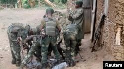 Les troupes gouvernementales s'approvisionnent en munitions lors de leur infraction contre les rebelles des Forces démocratiques pour la libération du Rwanda à Kirumba, République démocratique du Congo, 28 février 2015.