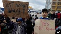 "Para pengungsi berteriak minta dibukanya pintu perbatasan di ""Athen's port of Piraeus"", Athena, Yunani (17/3)."