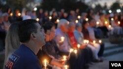 Decenas de habitantes de Lake Charles asistieron a una vigilia para conmemorar los dos años de la detención de Tomeu Vadell a las orillas del lago que da nombre al pueblo. [Foto: Alejandra Arredondo]