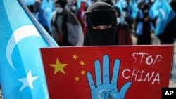 ترکی میں ایغور باشندہ چین کے خلاف مظاہرے میں شریک۔ (فائل فوٹو)