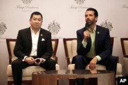 Donald Trump Jr. (kanan) dan Hary Tanoesoedibjo dalam acara konferensi pers bersama di Jakarta, Selasa (13/8).