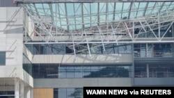 Atap ambruk di Universitas Curtin di Perth, Australia, 13 Oktober 2020. (Foto: sosial media/Wamn News/via REUTERS).