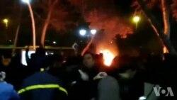 آتش زدن موتور ماموران مهاجم به مردم در تظاهرات پارک ملت مشهد