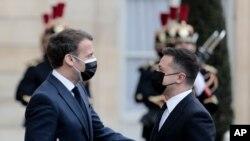 에마뉘엘 마크롱 프랑스 대통령(왼쪽)과 볼로디미르 젤렌스키 우크라이나 대통령이 16일 파리에서 회담에 앞서 인사를 나누고 있다.