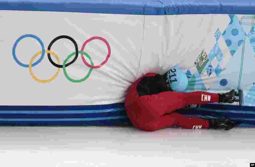 شی جينگ نان (چين) در اسکيت سرعت ۱۵۰۰ متر مردان تعادل خود را از دست داد.